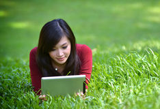Hübsche Frau, die Tablette verwendet lizenzfreie stockfotografie