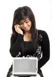Hübsche Frau, die Technologie einsetzt stockbild