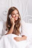 Hübsche Frau, die am Telefon spricht Stockbilder