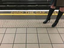 Hübsche Frau, die um Gap sich kümmert lizenzfreies stockfoto