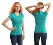 Hübsche Frau, die unbelegtes grünes Hemd trägt Lizenzfreies Stockfoto