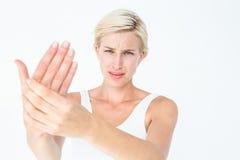 Hübsche Frau, die unter den Handschmerz leidet Stockbilder