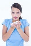 Hübsche Frau, die unter kaltem haltenem Gewebe leidet Stockfotos
