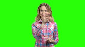 H?bsche Frau, die an virtuellem Schirm arbeitet stock video