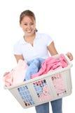 Hübsche Frau, die Wäscherei tut Lizenzfreies Stockfoto
