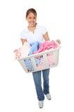 Hübsche Frau, die Wäscherei tut Stockfoto