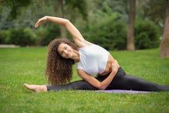 Hübsche Frau, die Yogaübungen tut Lizenzfreie Stockbilder