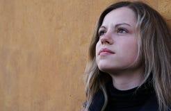 Hübsche Frau, die zu einem Himmel schaut Lizenzfreie Stockfotografie