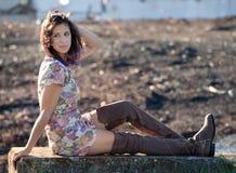 Hübsche Frau draußen im frühen Fall Lizenzfreies Stockfoto