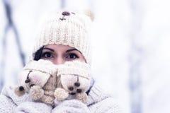 Hübsche Frau draußen im Winter Stockfoto