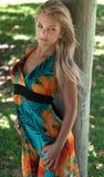 Hübsche Frau an einem Park Lizenzfreie Stockfotografie