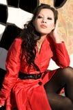 Hübsche Frau in einem roten Mantel Lizenzfreie Stockfotografie