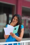 Hübsche Frau emotional über Romanze Karte Lizenzfreie Stockbilder