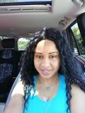Hübsche Frau im Auto-Porträt mit Kind Seat im Hintergrund stockfotografie