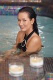 Hübsche Frau im Badekurort Stockbild