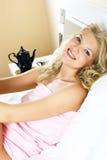 Hübsche Frau im Bett Stockfotos