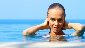 Hübsche Frau im exotischen Swimmingpool stock video footage