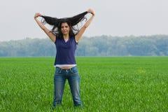 Hübsche Frau im grassfield Lizenzfreie Stockfotos