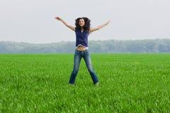 Hübsche Frau im grassfield Stockbild