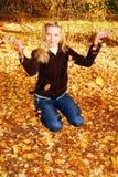 Hübsche Frau im Herbstpark. stockfoto