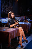 Hübsche Frau im Nachtklub Stockfoto