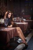 Hübsche Frau im Nachtklub Stockbilder