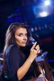 Hübsche Frau im Nachtklub lizenzfreie stockfotos