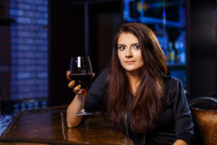 Hübsche Frau im Nachtklub lizenzfreie stockfotografie
