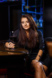 Hübsche Frau im Nachtklub stockfotografie
