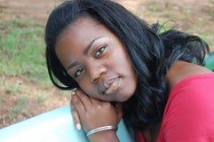 Hübsche Frau im Park Lizenzfreies Stockfoto