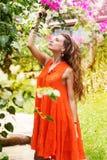 Hübsche Frau im Park mit Blumen stockfotos