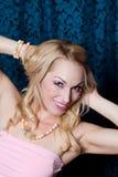 Hübsche Frau im Rosa Stockfoto