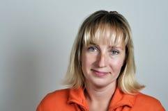 Hübsche Frau im Rot lizenzfreie stockfotografie