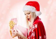Hübsche Frau im roten Hut mit geöffneter Geschenkbox Stockbilder