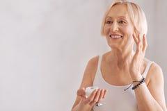 Hübsche Frau im Ruhestand, die vorwärts schaut Stockfotos