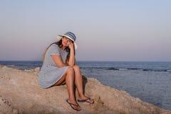 Hübsche Frau im Strand-Hut lächelnd an der Kamera stockfotografie