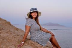 Hübsche Frau im Strand-Hut lächelnd an der Kamera lizenzfreies stockfoto