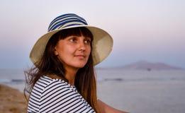 Hübsche Frau im Strand-Hut lächelnd an der Kamera stockfotos