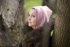 Hübsche Frau im Wald Stockfotos
