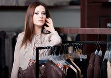 Hübsche Frau ist in der Butike Lizenzfreie Stockbilder