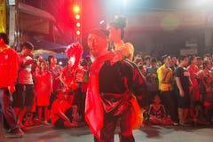 Hübsche Frau ist feenhafte Ausführung und Tanz während der Parade des Chinesischen Neujahrsfests stockfotos