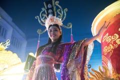 Hübsche Frau ist feenhafte Ausführung und Tanz während der Parade des Chinesischen Neujahrsfests lizenzfreie stockbilder
