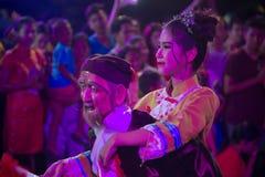 Hübsche Frau ist feenhafte Ausführung und Tanz während der Parade des Chinesischen Neujahrsfests in Stadt stockfotografie