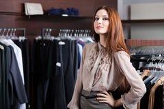 Hübsche Frau ist im Einkaufszentrum Stockfoto
