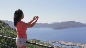 Hübsche Frau machen ein Foto von der Landschaft unter Verwendung der beweglichen Handykamera des Smartphone stock video footage