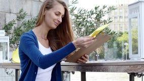Hübsche Frau mit Aktionskamera in ihrer Hand stock video