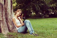 Hübsche Frau mit Aktionskamera in ihrer Hand Lizenzfreies Stockbild