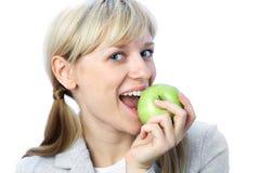 Hübsche Frau mit Apfel Lizenzfreies Stockfoto