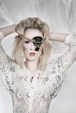 Hübsche Frau mit Augenänderung am objektprogramm Stockfotografie