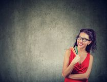 Hübsche Frau mit Bleistiften neues Design vorstellend Stockbild